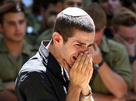 Ein Israeli trauert um einen 22-jährigen Soldaten, der bei den Attentaten im Süden Israels ermordet wurde.