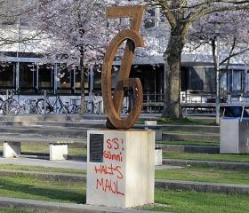 Die neue Zeit hat ihren neuen Jargon, da stört das desavouierte Raunen des Alten. Wir erleben: den überfälligen Vatermord der Grassdeutschen. — Von Grass gestiftetes, mit einem Graffito versehenes Denkmal, Göttingen, 7. April 2012.