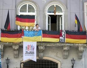 »Hurra, hurra, die Deutschen, die sind da!« – Gegenüber dem Rathaus von Lviv, 17. Juni 2012.