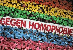 Fußballfans gegen Homophobie: Choreografie beim Bundesligaspiel 1. FSV Mainz 05 – VfL Wolfsburg am 20. April 2012