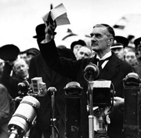 Neville Chamberlain präsentiert das Münchner Abkommen, London 1938