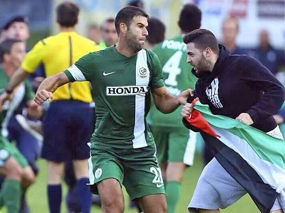 Dekel Keinan, Spieler von Maccabi Haifa, wehrt im Testspiel gegen den OSC Lille den Angriff eines antisemitischen Hooligans ab. Bischofshofen (Österreich), 23. Juli 2014.
