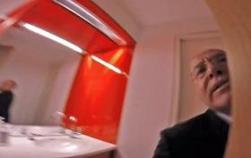 Gregor Gysi wird von David Sheen (links) bedrängt und bis auf die Toilette verfolgt