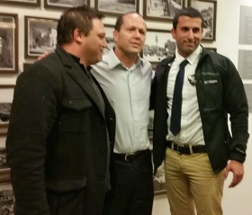 Der Jerusalemer Bürgermeister Nir Barkat (Mitte) mit seinem Fahrer und seinem Leibwächter.