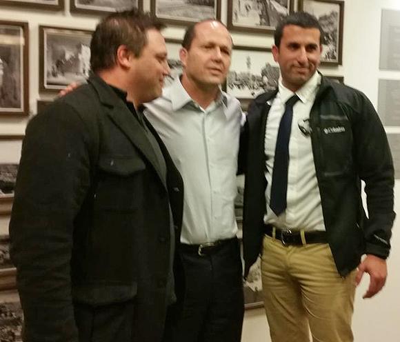 Der Jerusalemer Bürgermeister Nir Barkat (Mitte) mit seinem Fahrer und seinem Leibwächter