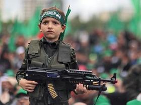 Ein Kind wird auf einer Kundgebung anlässlich des 25. Jahrestages der Gründung der Hamas für die Propaganda der Gotteskriegerpartei missbraucht. Gaza-Stadt, 8. Dezember 2012.