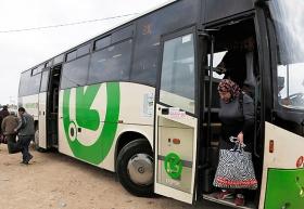 Palästinensische Arbeiter verlassen am Checkpoint Eyal einen israelischen Bus