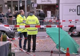 Nach dem Messerangriff auf Henriette Reker: Polizisten sichern den Tatort, Köln, 17. Oktober 2015