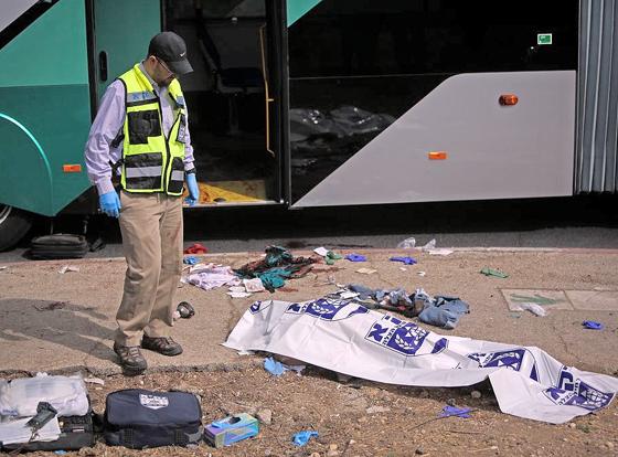 Eine Rettungskraft neben dem tödlich verletzten Opfer eines Terroranschlages in Jerusalem, 13. Oktober 2015