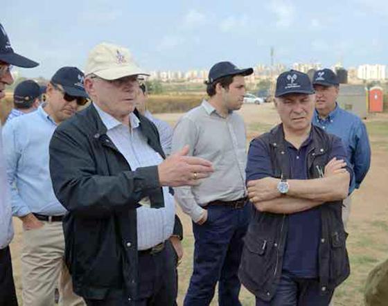 Mitglieder der High Level Military Group bei einer Ortsbesichtigung im Süden Israels