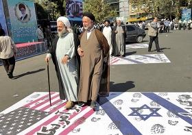 Iranische Geistliche trampeln bei einer Demonstration auf amerikanischen und israelischen Flaggen herum, Teheran, September 2012