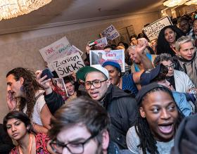 Antiisraelische Demonstranten sprengen eine Veranstaltung jüdischer LGBTQ-Organisationen, Chicago, 22. Januar 2016