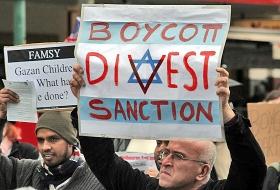 Plakat auf einer BDS-Kundgebung in Melbourne, 5. Juni 2010. Originaltitel: »Israel – Boycott, divest, sanction«, © Takver mit CC-BY-SA-2.0-Lizenz via Flickr.