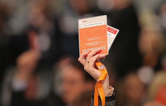 Delegierte des CDU-Bundesparteitags bei einer Abstimmung, Essen, 7. Dezember 2016 (© Sean Gallup, Getty Images)