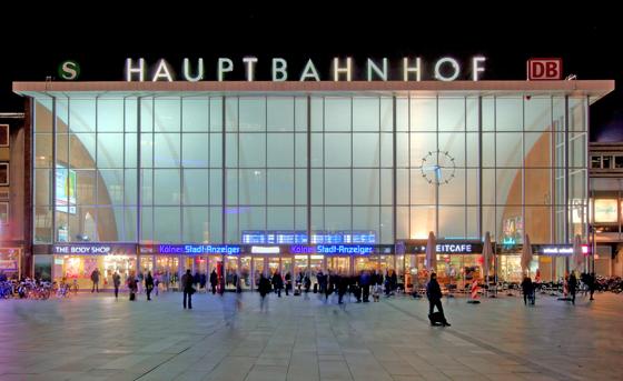 Vorplatz und Haupteingang des Kölner Hauptbahnhofs (© Raimond Spekking, Foto lizenziert unter CC-BY-SA 4.0 über Wikimedia Commons)