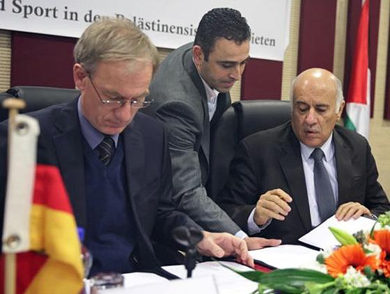 Peter Beerwerth (links), der Leiter des Vertretungsbüros der Bundesrepublik Deutschland in Ramallah, und Jibril Rajoub (rechts), der Präsident des palästinensischen Hohen Rats für Jugend und Sport, bei der Unterzeichnung der Absichtserklärung, Ramallah, 31. Januar 2017