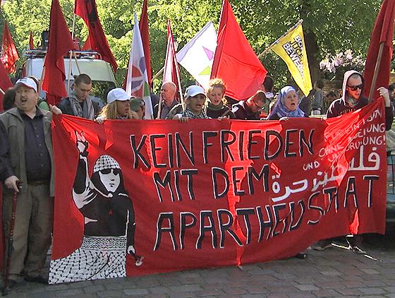 Antiisraelische Demonstration in Berlin, Screenshot aus der Dokumentation »Auserwählt und ausgegrenzt – der Hass auf Juden in Europa«, © Preview Production/Matthias Benzing