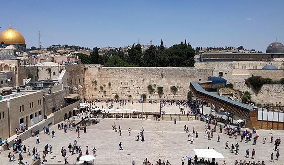 Der Tempelberg in Jerusalem mit dem Felsendom (links), der Klagemauer (Mitte) und der Al-Aksa-Moschee (rechts)