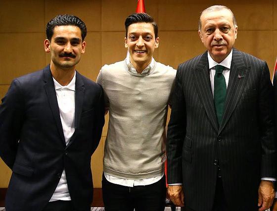 Die deutschen Nationalspieler Ilkay Gündoğan (links) und Mesut Özil mit dem türkischen Staatspräsidenten Recep Tayyip Erdoğan, London, 13. Mai 2018 (Quelle: Twitter/AK Parti)