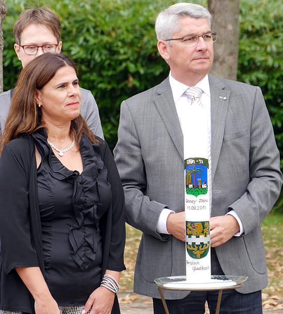 Lutz Urbach und Lizy Delaricha (Bürgermeisterin von Ganey Tikva) bei der Einweihung des Ganey-Tikva-Platzes in Bergisch Gladbach am 11. September 2016 (© Ganey-Tikva-Verein)