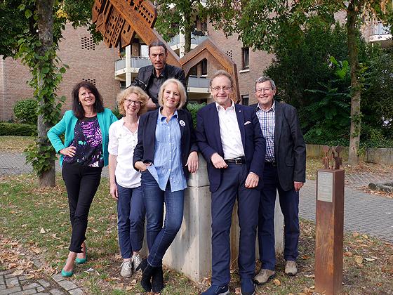 Der amtierende Vorstand des Ganey-Tikva-Vereins vor dem Kunstwerk »A Key to Friendship« der israelischen Künstlerin Orna Ben-Ami, das bei einem Skulpturenaustausch der Stadt Bergisch Gladbach geschenkt wurde (© Ganey-Tikva-Verein)
